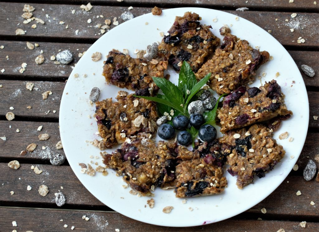 5-ingredient vegan banana and blueberry flapjack 002